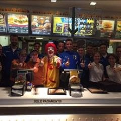 McHappy Day:  tutta la prima squadra dietro al bancone di Elnòs!